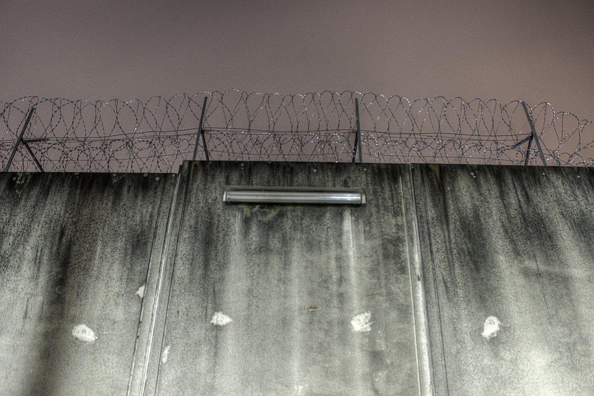 Gefängnismauer